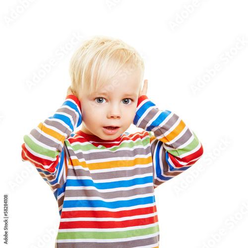 Kind mit Ohrenschmerzen hält sich Ohren zu
