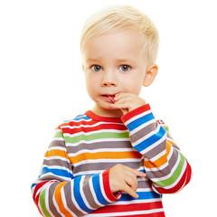 Kind beißt vom Gummibärchen ab