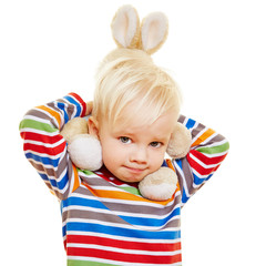 Kind trägt Plüschhase auf den Schultern