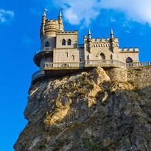 Château médiéval ciel soit bleu avec des nuages. Nest \ Swallow