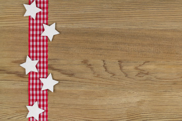 rot-weiß kariertes Band mit Sternen auf Holz