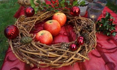 Adventskranz mit Äpfeln