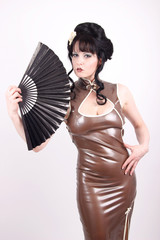 Frau in Geisha Latex Kleid