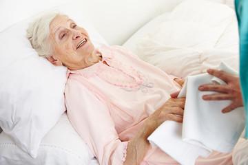 Seniorin wird von Altenpflegehelfer gewaschen