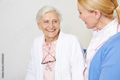 Seniorin mit Altenpfleger im Pflegeheim