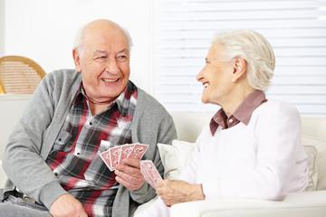 Zwei Senioren spielen Karten zusammen