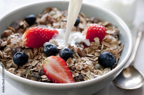 Aluminium Granen bowl of granola with fresh fruit and milk.
