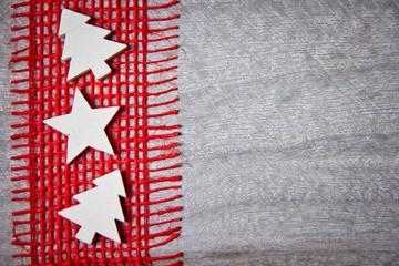 Weihnachtsdeko mit rotem Band