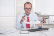 Mann im Büro - Rechtsanwalt oder Steuerberater informiert