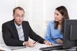 Geschäftsleute bei einer Besprechung im Büro - Mann und Frau