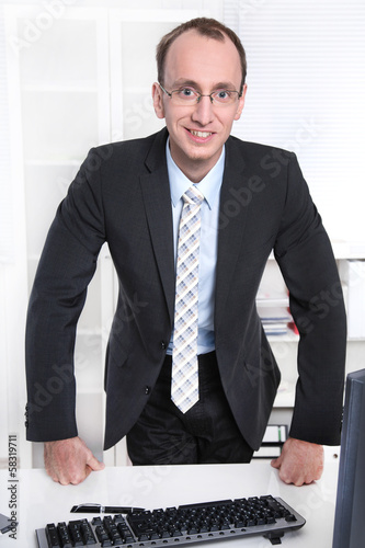 Lachender sympathischer Geschäftsmann in Anzug und Krawatte