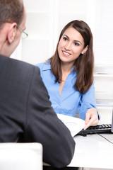 Attraktive junge Geschäftsfrau in Bluse blau - Beratung