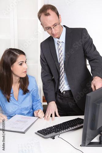 Kollegen im Büro - Teamwork - Mann und Frau