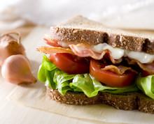 Gros plan de bacon, laitue et tomate en sandwich.