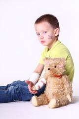 verletztes Kind mit Teddy 2