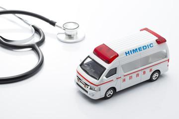 救急車のミニチュアカーと聴診器