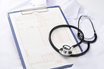 診療録と聴診器と白衣