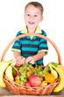 Kleiner Junge nascht vom Früchtekorb
