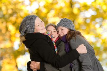 Drei glückliche Frauen im Herbst