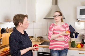 Mutter mit Tochter in Küche