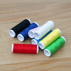 utensili per cucito e ricamo_ fili colorati