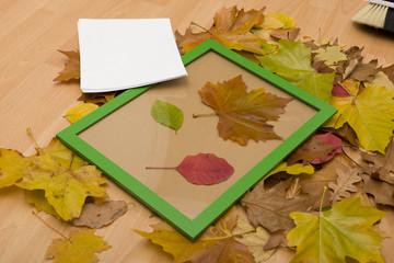 Herbstblätter dekorieren im Bilderrahmen