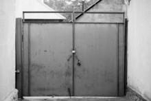 Stare czarno-białe bramy