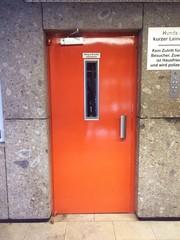 Tür zum Aufzug in einem Hochhaus
