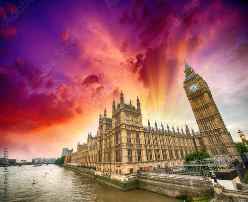 Foto op Canvas Violet Houses of Parliament and River Thames, London. Beautiful wide an