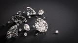 Błyszczące diamenty na czarnym tle
