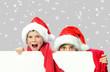 Geschwister mit Weihnachtsmützen