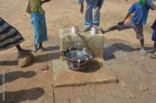 bambini Africani alla fontana - 58378331