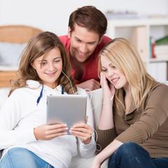 jugendliche hören zusammen musik am tablet
