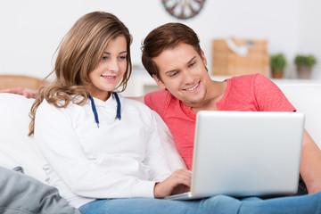 teenager schauen gemeinsam auf laptop