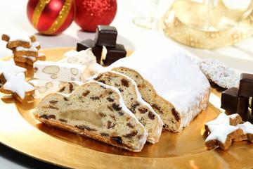 dolci di natale marzapane e biscotti  sfondo bianco
