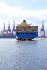 Containerschiff bei Wendemanöver