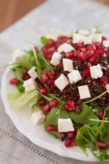 Salat mit Quinoa, Feta Käse und Granatapfelkernen