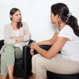 Zwei Freundinnen diskutieren