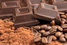 dunkle Schokolade, Kakaopulver und Kaffeebohnen