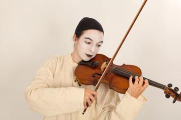 Der Clown spielt auf einer Geige
