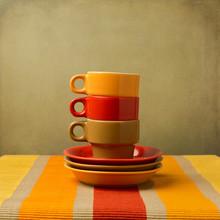 Stapel von bunten Kaffeetassen auf Tischdecke oder-Platz-Matte