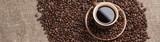 Frisch gebrühter Kaffee aus frisch gerösteten Körnern