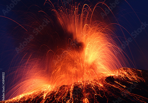 Aluminium Vulkaan Volcano Stromboli erupting night eruption