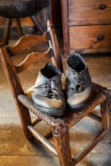 vecchie scarpe su sedia antica