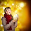 junge Frau mit Weihnachtsmagie