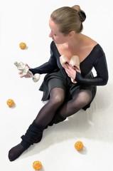 Девушка со статуэтокой и пуантами