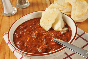 Chili con carne with biscuits