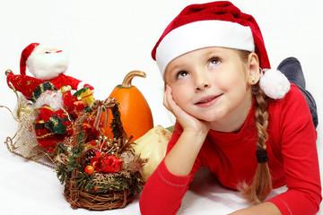 Bambina rilassata che sogna il Natale