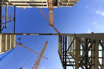 chantier de construction grues et poutrelles béton