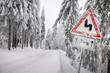 canvas print picture - Schild an Straße warnt vor Gefahr wegen Schnee Eis